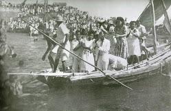 Festa-de-Yemanjá.-Oferendas-no-mar.jpg