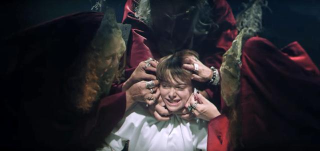 Sekelompok penyihir melampirkan kabel ke kepala anak itu.