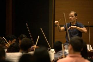 Dietrich Paredes, director titular de la juvenil, coloca toda su concentración en el ensayo de este lunes, previo al concierto del 18 de octubre en Seúl