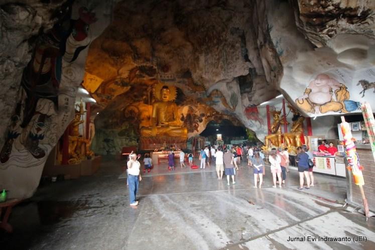 Patung keemasan Budha Raksasa di altar pertama