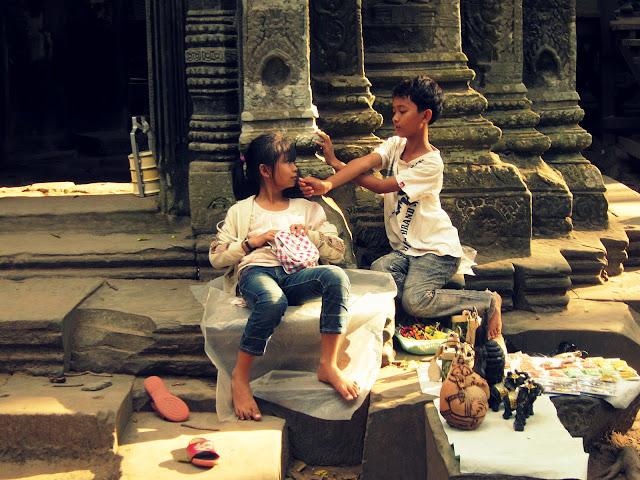 Children selling souvenirs in Ta Phrohm