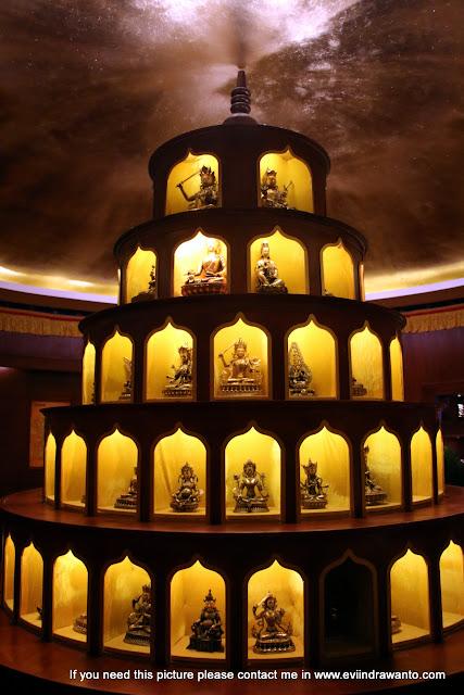 Patung-patung Buddha emas di dalam Western Gemstone and Jade