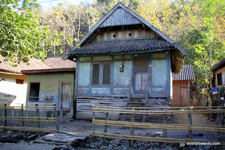 Rumah lama di tepi jalan