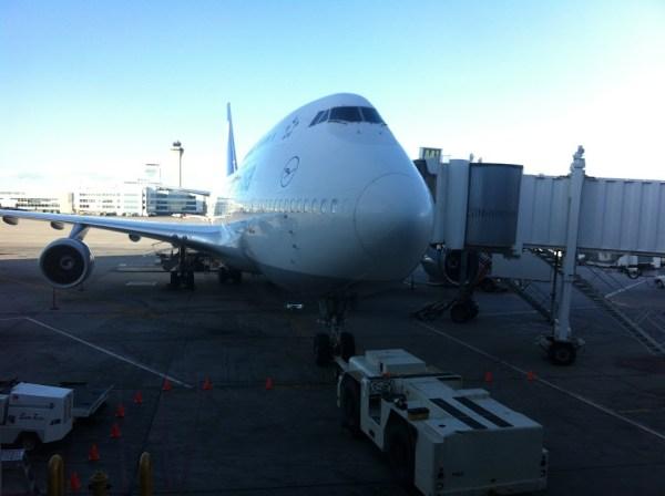 Eine 747 der Lufthansa steht vor dem Flug nach Frankfurt am Gate in Denver