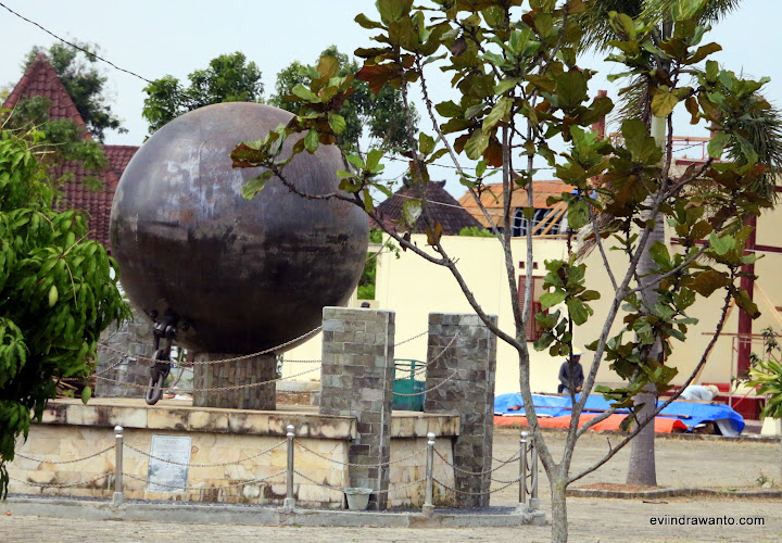 Bola besi yang pernah digunakan untuk merubuhkan pepohonan dalam membuka hutan di lampung