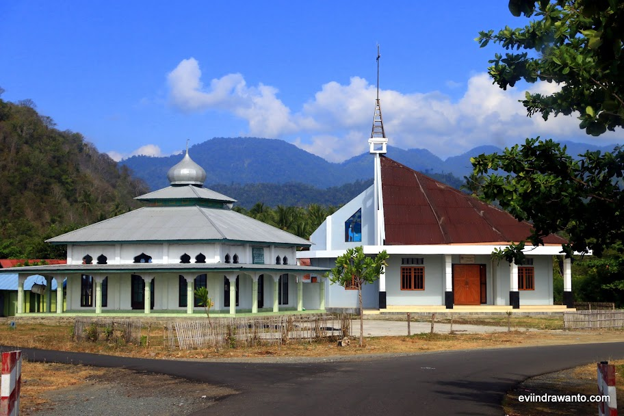 Masjid dan Gereja berdampingan