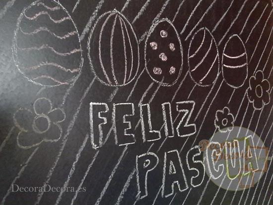 Pizarra pintada y decorada para Pascua.