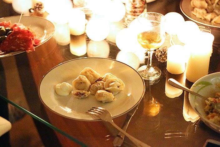 pelmenis russes, recette russe, préparer des pelmenis à la crème fraîche, recette de raviolis farcis à la viande, plat traditionnel de russie