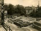 Baustelle an der Frankfurter Straße, abgebildet ist die Baustelle des Gebäudes der AOK Leipzig, Blickrichtung SO, im Hintergrund die Hofseiten der Waldstraßenbebauung, Alte Elster, im Vordergrund Gerüste, Ziegelstapel, Fundamente, 18.07.1924, Fotograf: Eduard Krömer (Atelier)
