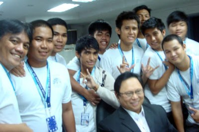 March 17: Students pose with Broadcaster Arnold Clavio