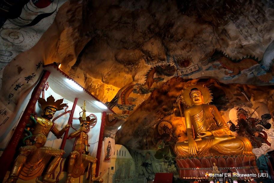 Pesona mural di atas kepala Budha
