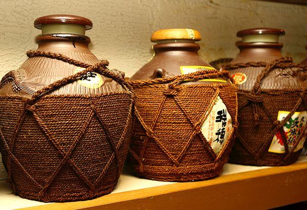 Awamori (泡盛) - 7 Bebidas Tradicionais Japonesas Para Você Experimentar