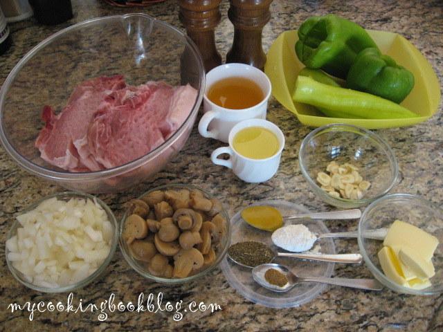Задушени пържоли със зеленчуци и сос от зелени чушки, сметана и чесън