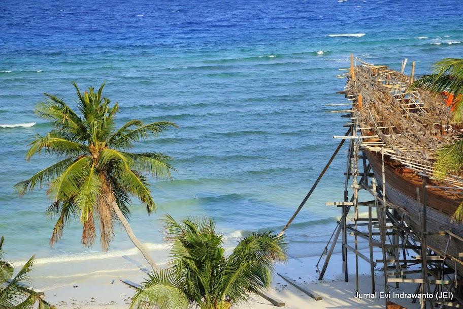 Pembuatan Kapal Pinisi di Pantai Panrangluhu