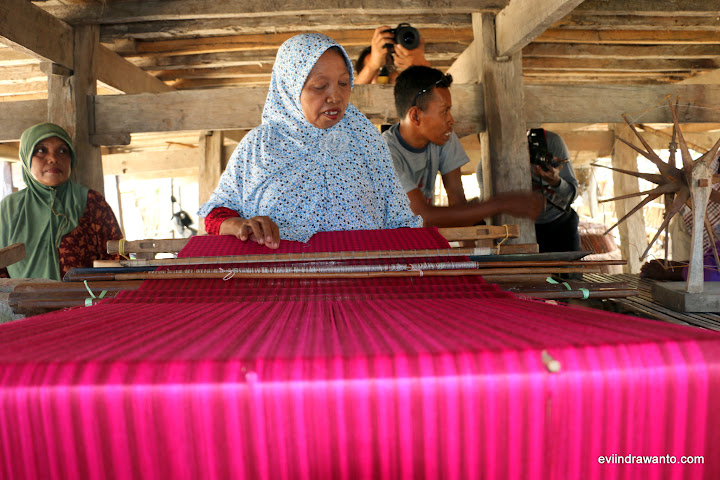 Lewat Ikanura menghidupkan kembali seni tenun tradisional  dalam upaya mandiri ekonomi masyarakat lingkar tambang