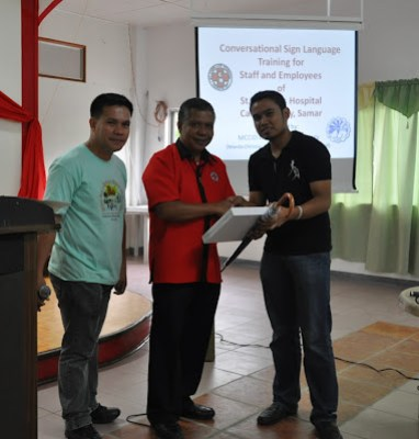 Sir Jerome receives token from organizers.