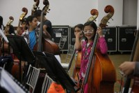 Dispuestos a regalar siempre una sonrisa, los niños que integran la selección 40 Aniversario de la SNIV, se concentran en la ejecución del Cuarto Movimiento de la Cuarta Sinfonía de Tchaikovsky, que interpretarán junto a la Sinfónica Regional Infantil del estado Bolívar.