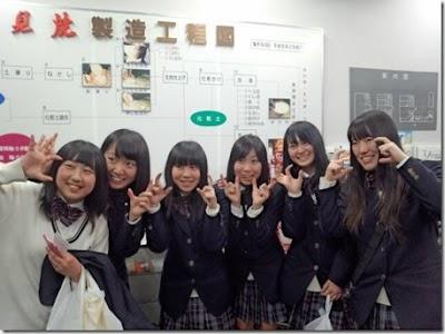 石見智翠館高等学校の女子の制服1