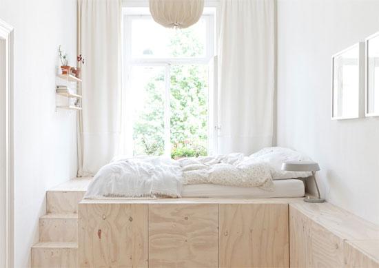 Un dormitorio pequeño con mucho espacio.