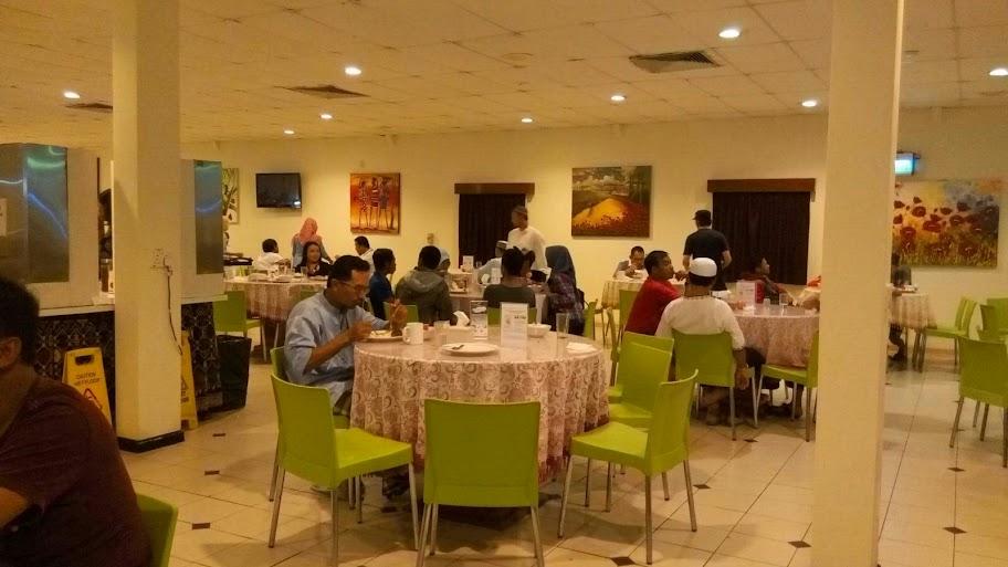 Suasana sarapan di Mess Hall Tambora