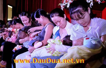 Cho con bú bằng sữa mẹ và mẹ nên dùng tinh dầu dừa để tăng đề kháng cho bé