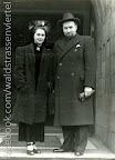 Babette Carlebach (geb. Kohn, * 24. Dezember 1912 in Würzburg; † 22. April 1991 in Manchester) und Felix F. Carlebach (* 15. April 1911 in Lübeck; † 23. Januar 2008 in Manchester) vor dem Eingang der Höheren Israelitischen Schule in der Gustav-Adolf-Staße, um 1937