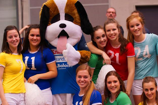 de mascotte en de cheerleaders van Knack Roeselare