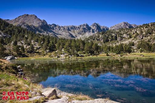 Estany Primer de Pessons. Pic de Monmalús a la izquierda, Pic de Ribuls en el centro y Pic dels Pessons a la derecha. ©aunpasodelacima