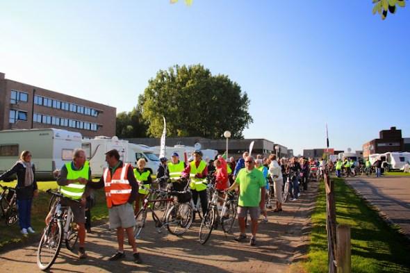enkele fietsers aan de start