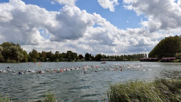 Start van de kwart triatlon in Deil