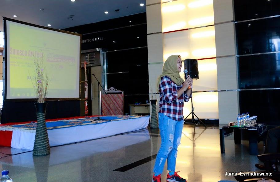 Mbak Shinta bicara di depan ratusan netizen muda. Selain memperkenalkan Blogger Perempuan dan Jakarta Corners, juga meminta seluruh blogger dan anak muda agar menulis yang baik-baik tentang Indonesia
