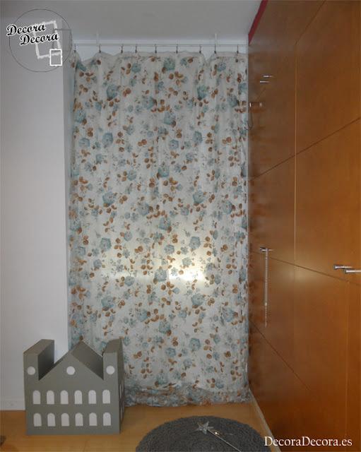 Decorar una cortina con un visillo.
