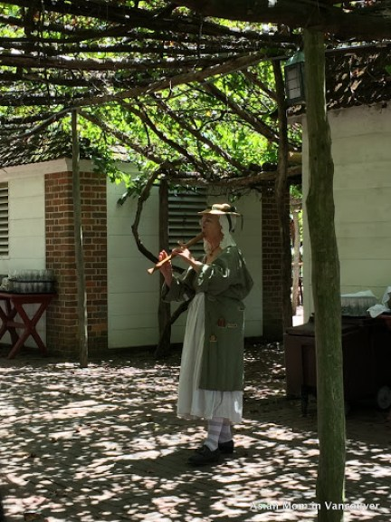 庭園餐廳裡吹笛的婦人