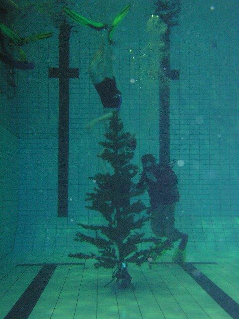 Julklappsutdelning på botten Foto: Mats Wallin