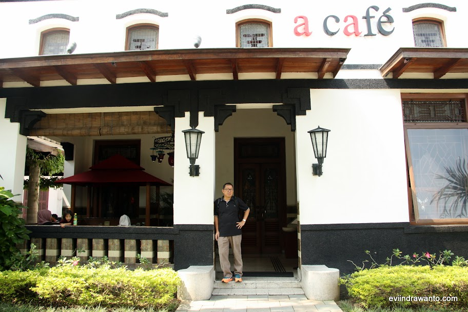 Seorang model di depan House of Samporna Cafe