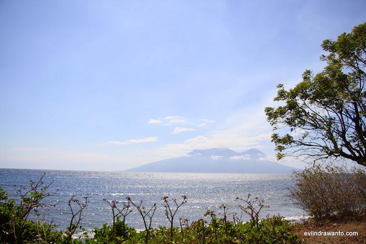 Gunung Api Sangiang dari jauh