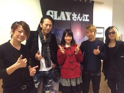 GLAYと記念撮影する生田絵梨花