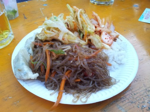 Gemischter Teller der Koreaner mit Reis, Kimchi, Tügim, Mandu und Glasnudeln
