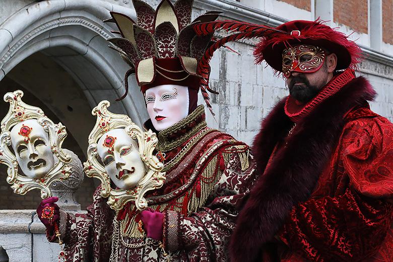 Couple costumé au Carnaval d'Hiver de Venise 2016.