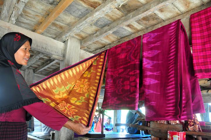Corak kain tenun yang dihasilkan ibu-ibu di Desa Labuan Kertasari