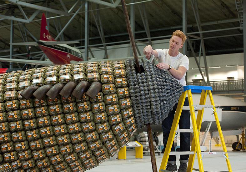 *藝術家jack munro和charlotte austen:用6500個雞蛋盒做的噴射飛機! 8