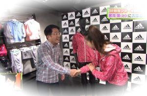 武井咲の韓国式握手その4