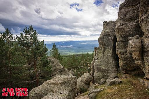 En el roquedo, con Covaleda a lo lejos. ©aunpasodelacima