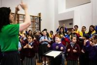 La rítmica con manos y brazos mientras se canta fue la parte preferida de los niños. Los músicos venezolanos volvieron a ser niños, y los niños de Liverpool soñaron con ser grandes