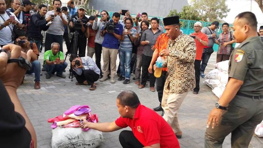 Pemusnahan Sandal Bermotif Lafadz Allah di Depan Gedung PWNU Jatim