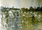 Schreberstraße 15, Schwimmanstalt (Schreberbad), Männerbad, Männer und Jungen beim Baden. Rückseitig mit Bleistift vermerkt: 81.1905.S.20.