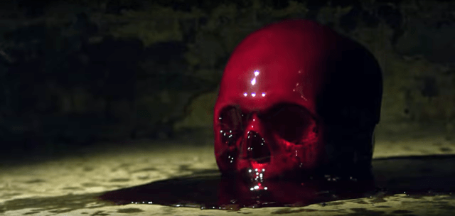 Darah menetes di atas tengkorak: ini adalah simbolis bagi para elit mengorbanan darah dalam ritualnya.