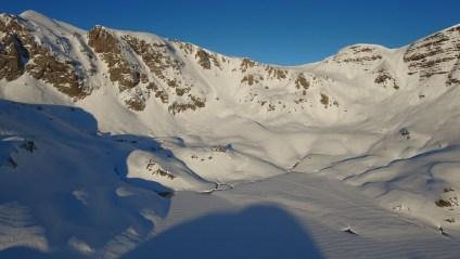 Refuge d'Ayous et lac Gentau gelé.