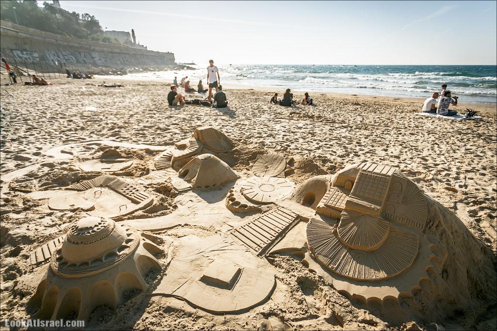Песочные замки и города на пляже в Тель-Авиве