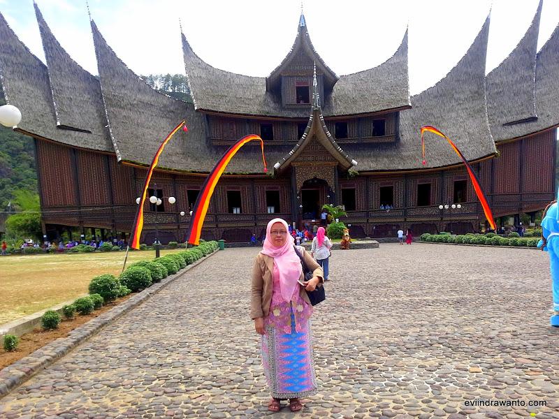 Istana Basa Pagaruyung bentuknya seperti kapal